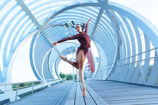 Bela pose de balé de uma dançarina mulher com uma perspectiva incrível