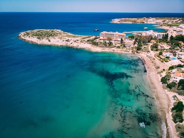 Bela praia aérea com águas cristalinas, coral bay, chipre