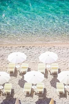 Bela praia com água limpa na reserva gargano