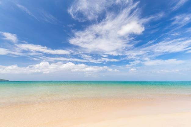 Bela praia de areia branca e céu azul e mar de em krabi na tailândia
