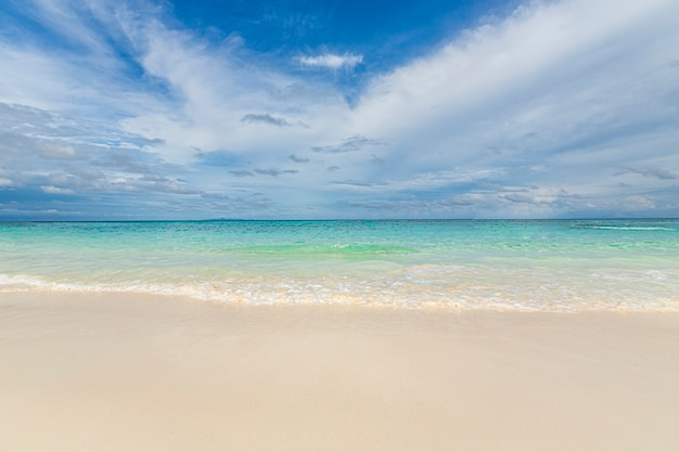 Bela praia de areia branca e fundo azul das ondas do mar
