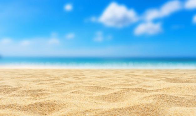 Bela praia de areia com céu desfocado e nuvens