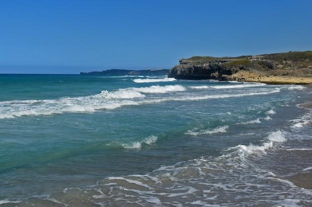 Bela praia de areia. oceano atlântico. república dominicana