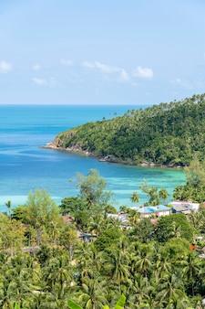 Bela praia de areia tropical e água do mar azul com palmeira de coco na ilha paradisíaca de koh phangan, tailândia. conceito de viagens. vista do topo