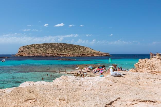 Bela praia de cala escondida com águas turquesas na ilha de ibiza, cala comte, ilhas baleares. espanha