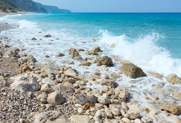 Bela praia de pedras na costa de lefkada, grécia, mar jônico