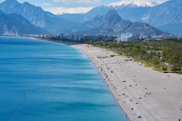 Bela praia e fundo do mar de antalya