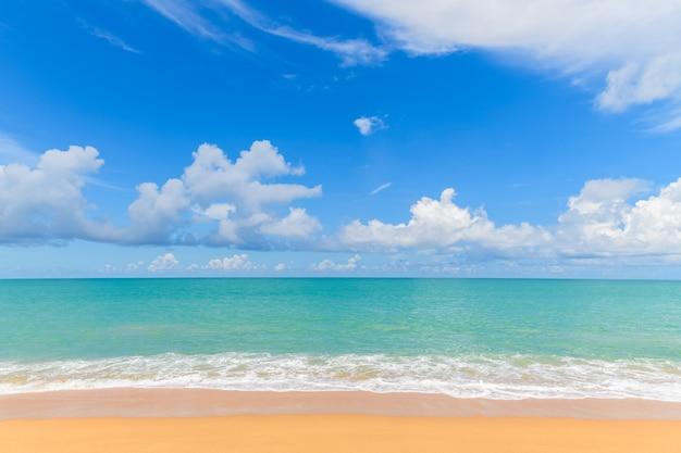 Bela praia e mar com fundo de céu azul em mai khao beach phuket, tailândia. conceito de tempo de viagem de dia ensolarado.
