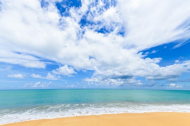 Bela praia e mar com superfície de céu azul em mai khao beach phuket, tailândia. conceito de tempo de viagem de dia ensolarado.