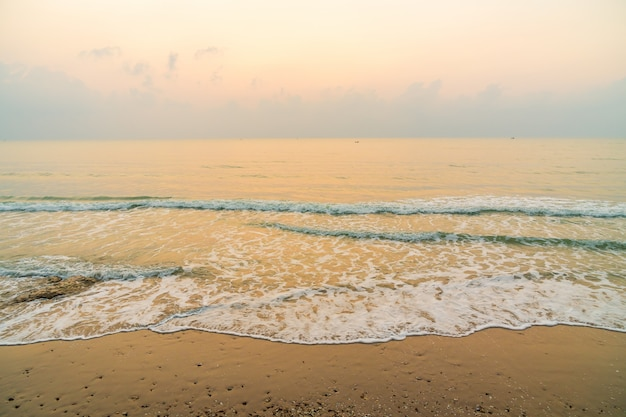 Bela praia e mar na hora do nascer do sol