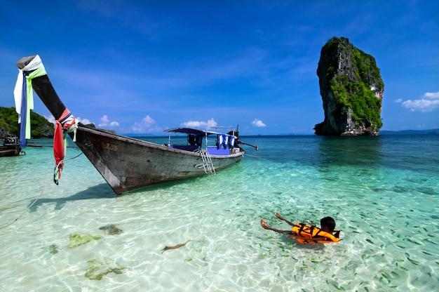 Bela praia e mar tropical, krabi