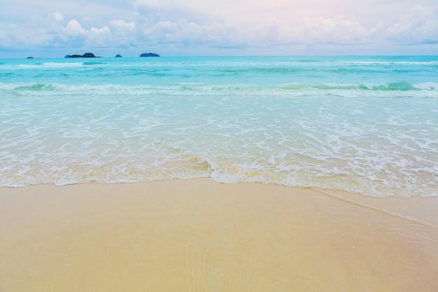Bela praia e onda do mar tropical, areia e céu