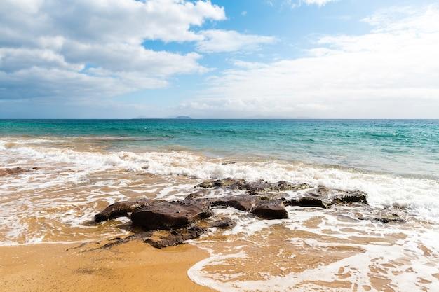 Bela praia e paisagem tropical do mar
