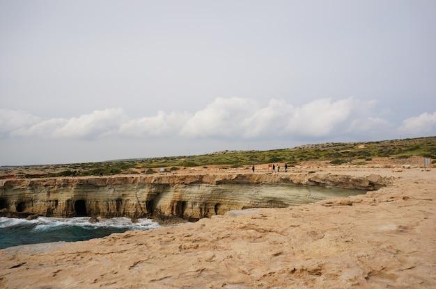 Bela praia e um penhasco em chipre