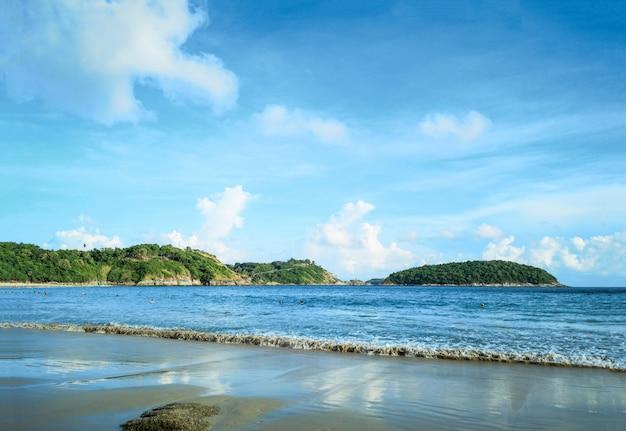Bela praia no entardecer