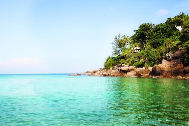 Bela praia nos trópicos