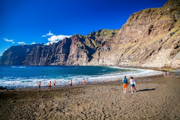 Bela praia playa de los guios em los gigantes, tenerife, ilhas canárias, espanha