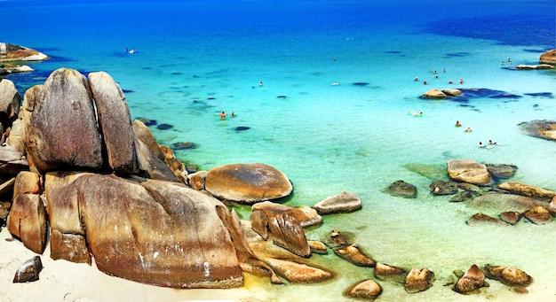 Bela praia rochosa com mar cristalino na ilha de samui, tailândia