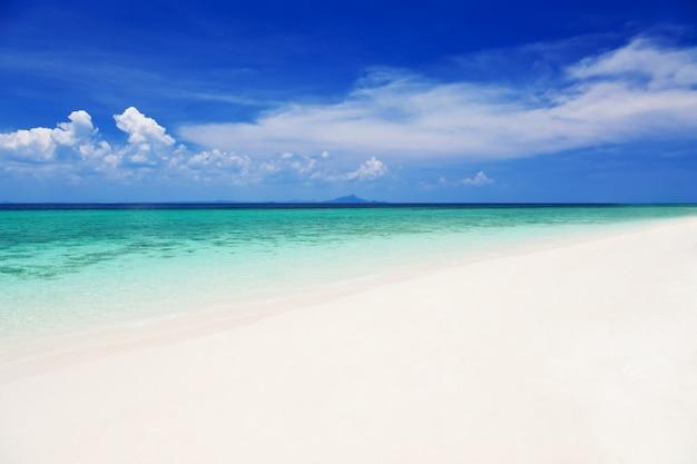 Bela praia solitária