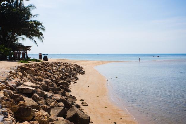 Bela praia tropical, água do mar azul na ilha de koh phangan, tailândia