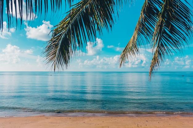 Bela praia tropical ao ar livre e mar na ilha paradisíaca