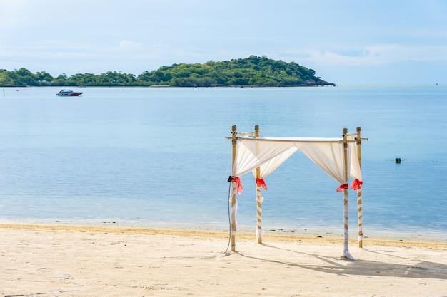 Bela praia tropical com arco de casamento