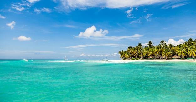 Bela praia tropical com areia branca, coqueiros e água azul-turquesa do mar