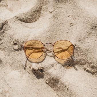 Bela praia tropical com areia branca, degraus e óculos de sol amarelos ensolarados