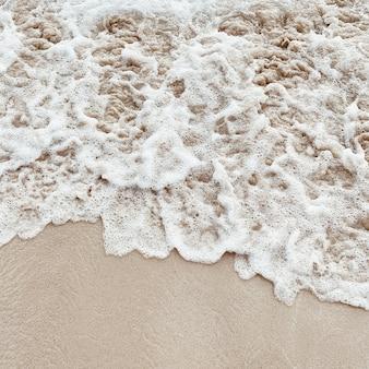 Bela praia tropical com areia branca e mar com ondas brancas espumosas em phuket