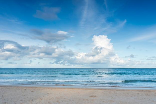 Bela praia tropical com cena de textura abstrata de céu azul