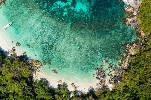 Bela praia tropical com litoral rochoso e bela floresta