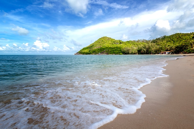 Bela praia tropical deliciosa deliciosa areia branca, céu azul com nuvens