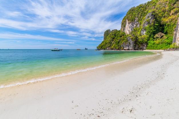 Bela praia tropical e folhagem verde exuberante em uma ilha tropical
