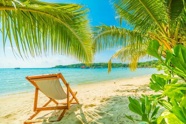 Bela praia tropical e mar com coqueiro na ilha paradisíaca