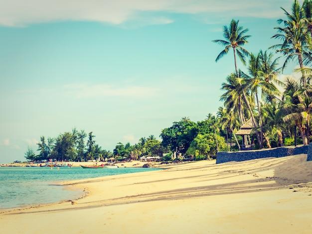 Bela praia tropical e mar com palmeira de coco