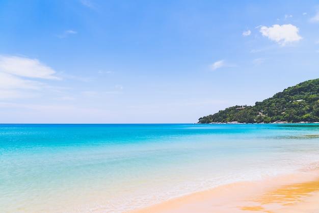 Bela praia tropical e mar na ilha paradisíaca