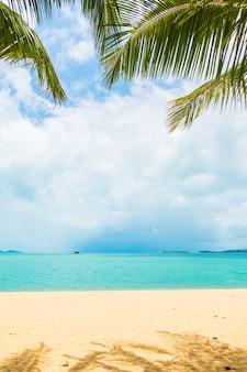 Bela praia tropical mar oceano com coqueiro para viagens de férias
