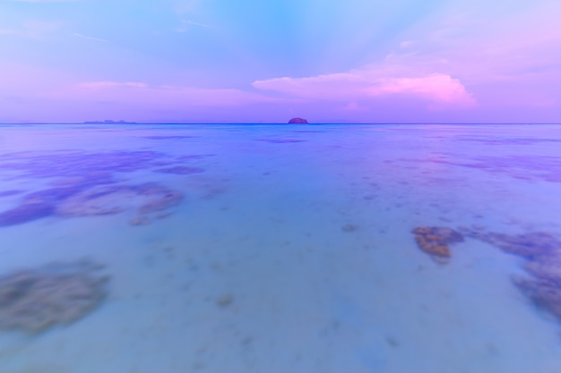 Bela praia tropical na praia do nascer do sol, ilha de koh lipe, satun, tailândia