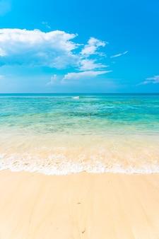 Bela praia tropical vazia, mar oceano com nuvem branca no fundo do céu azul