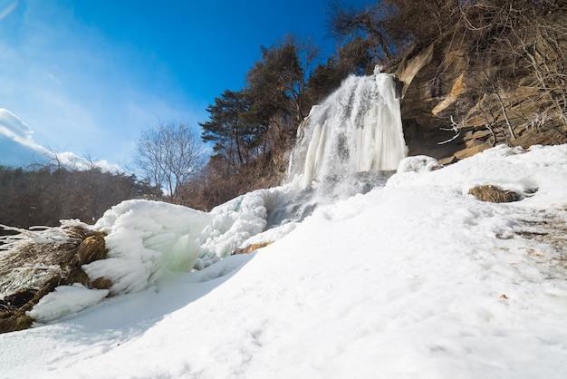Bela queda de gelo em nagano, no japão