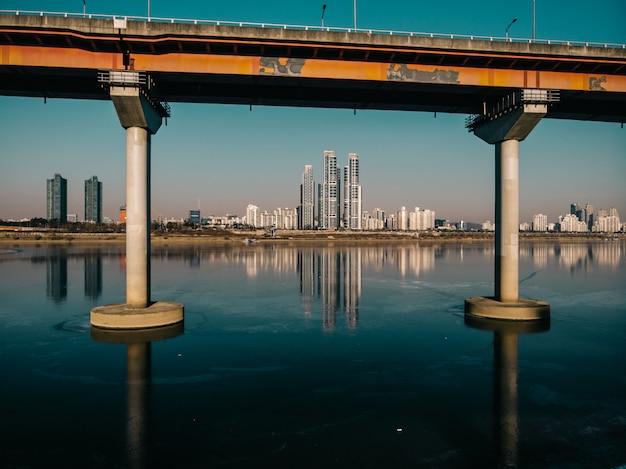 Bela reflexão sobre o rio gelado da cidade de seul