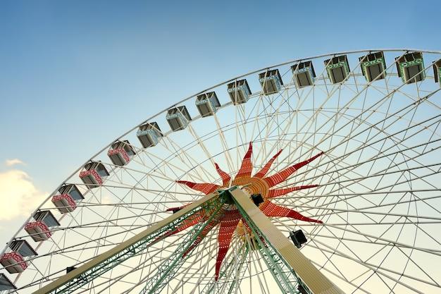 Bela roda gigante ao pôr do sol