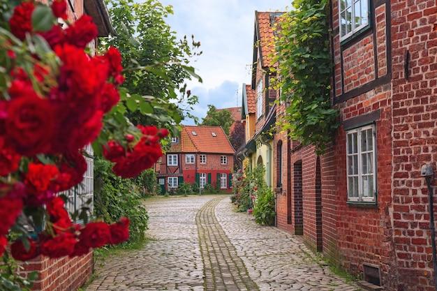 Bela rua aconchegante da cidade velha de luneburg na alemanha