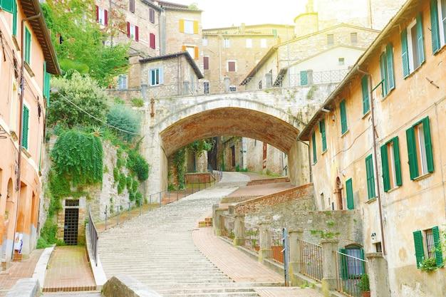 Bela rua antiga com degraus de perugia, umbria, itália