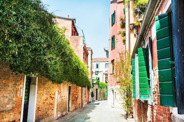 Bela rua com edifícios coloridos em veneza, itália