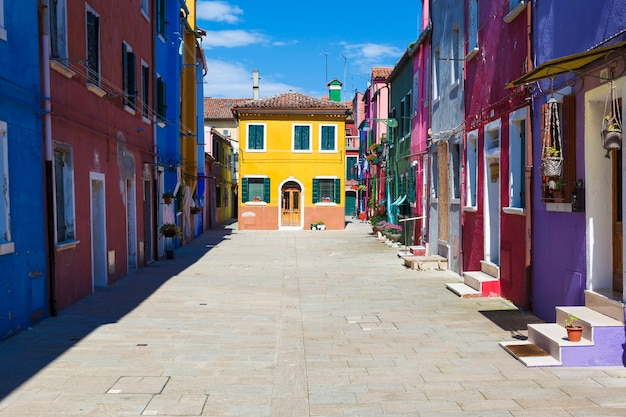 Bela rua em burano, perto de veneza, itália