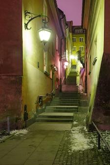 Bela rua na cidade velha de varsóvia, polônia