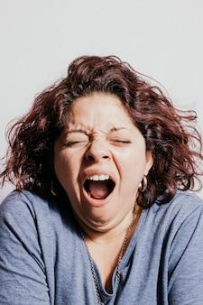 Bela ruiva mulher bocejando