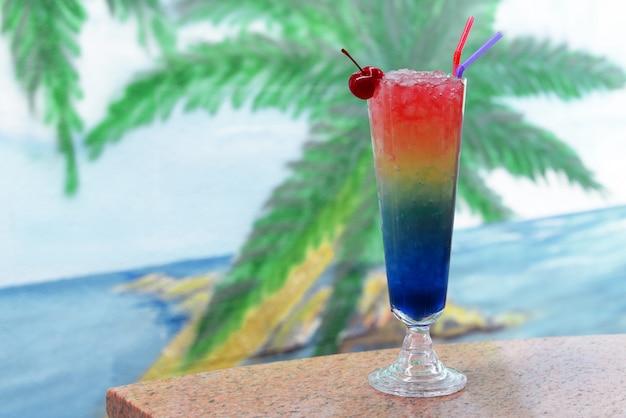 Bela saborosa bebida colorida cocktail em um copo com suco