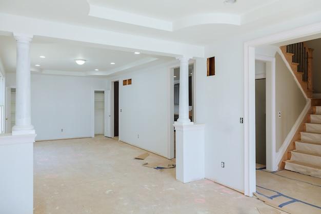 Bela sala de estar nova casa construção interior drywall e detalhes do revestimento